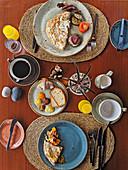 Frühstück mit Chili-Omeletts, Madeira Cake, Ananasmarmelade und Kaffee (Sansibar)
