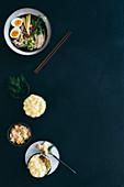 Ramen aus Pilzbrühe mit Huhn und Räucherfischpie mit Kartoffelkruste
