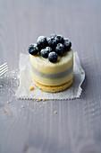 Weißes Schokoladentörtchen mit Blaubeeren und Lavendel