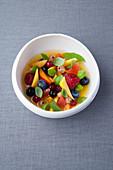 Sommerlicher Fruchtsalat mit Basilikum-Minze-Sirup