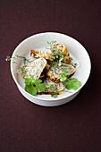 Gerolltes Omelett mit Sake und Koriander