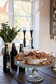 Servierplatte mit Käse und Feige auf dem Tisch in der Landhausküche