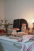 Aufgeschnittenes Brot und Kuchen in winterlicher Landhausküche