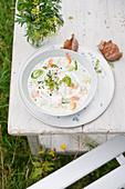 Milchsuppe mit Sommergemüse und Krabbenfleisch