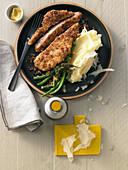 Nackenschnitzel vom Schwein in Röstzwiebel-Panko-Kruste mit Kartoffelpüree und Bohnen