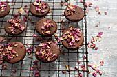 Schokoladenplätzchen mit getrockneten Rosenblüten