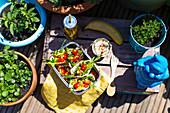 Pitabrot mit Salat und Eistee zum Lunch