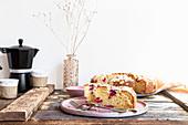 Ricottakuchen mit Himbeeren auf rosa Platte