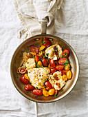 Gebratener weißer Fisch mit Kirschtomaten und Zitronenschale