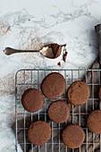Schokoladenplätzchen auf Abkühlgitter