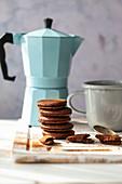 Schokoladenplätzchen mit Cremefüllung, gestapelt