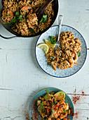 Würziger Reis mit Garnelen und Fisch