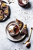 Schokoladenpudding mit Kokoscreme dazu Bruchschokolade mit Salzbrezeln