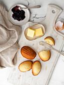 Madeleines serviert mit Butter und Marmelade