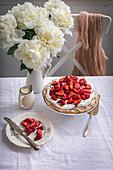 Pavlova mit Schlagsahne und Erdbeeren