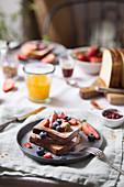 French Toast mit frischen Beeren zum Frühstück