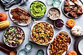 Verschiedene vegetarische, glutenfreie Gerichte zum Erntedankfest