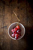 Bunch of red grapes in a bowl