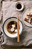 Misosuppe mit Tofu, Edamame und grünen Bohnen (Japan)
