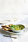 Pesto aus gebratenen Jalapenos, Koriander und Manchego serviert mit Crostini