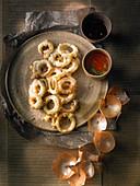 Frittierte Zwiebelringe mit Dips