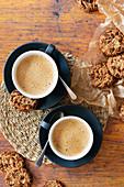 Zwei Tassen Cappuccino serviert mit Chocolate Chip Cookies