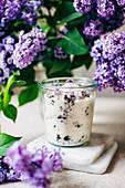 Selbstgemachter Fliederblütenzucker im Glas