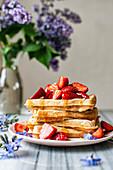 Waffeln mit Erdbeeren und Sirup