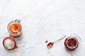 Hausgemachte Konfitüren aus Aprikosen und Erdbeeren