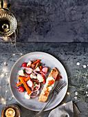 Leicht geräuchertes Lachsfilet mit Gemüse-Pickles, Crème Fraiche und Lachskaviar