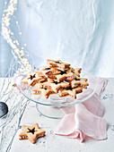 Sternplätzchen mit Marmeladen- und Cremefüllung