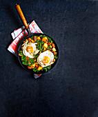 Chorizo-Gemüsepfanne mit Spiegeleiern