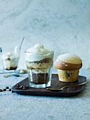 Kaffee-Granita und ein Brioche auf Tablett