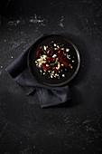 Rote-Bete-Salat mit Pinienkernen und körnigem Frischkäse
