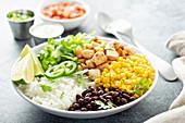 Lunch Bowl mit Hähnchen, Reis, schwarzen Bohnen und Mais (Mexiko)
