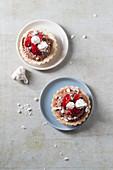Tartelettes mit Erdbeeren, Schokocreme und Baiser
