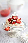 Baisernester mit Erdbeeren