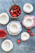 Zutaten für Baisernester: Baiserringe, Erdbeeren und Erdbeersauce