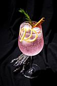 Rosa Gin Tonic mit rosa Pfeffer, Rosmarin, Zimt und Zitrone