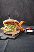 Surf And Turf Burger mit Taleggio und Avocado