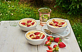 Cottage cheese au gratin with strawberries