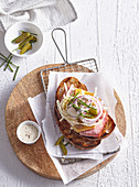 Belegtes Brot mit Schinken, Käse, Zwiebeln und Mayonnaise
