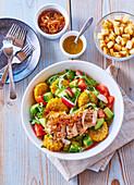 Gemüsesalat mit Mais, karamellisierten Zwiebeln und Putenfleisch