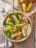 Salat mit Hähnchenbrust, Camembert und Pfirsichen