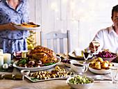Weihnachtsessen mit Truthahnbraten und verschiedenen Beilagen