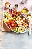 Cobb-Salad mit Putenfleisch, knusprigem Speck und Eiern