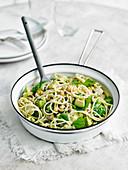 Spaghetti mit Avocado, Kichererbsen, Kapern und Spinat