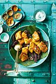 Würziger Senffisch auf Bananenblatt (Indien)