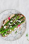 Belegtes Brot mit Hummus und grünem Spargel