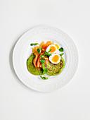 Pancake mit grünen Erbsen, dazu Lachs und Ei